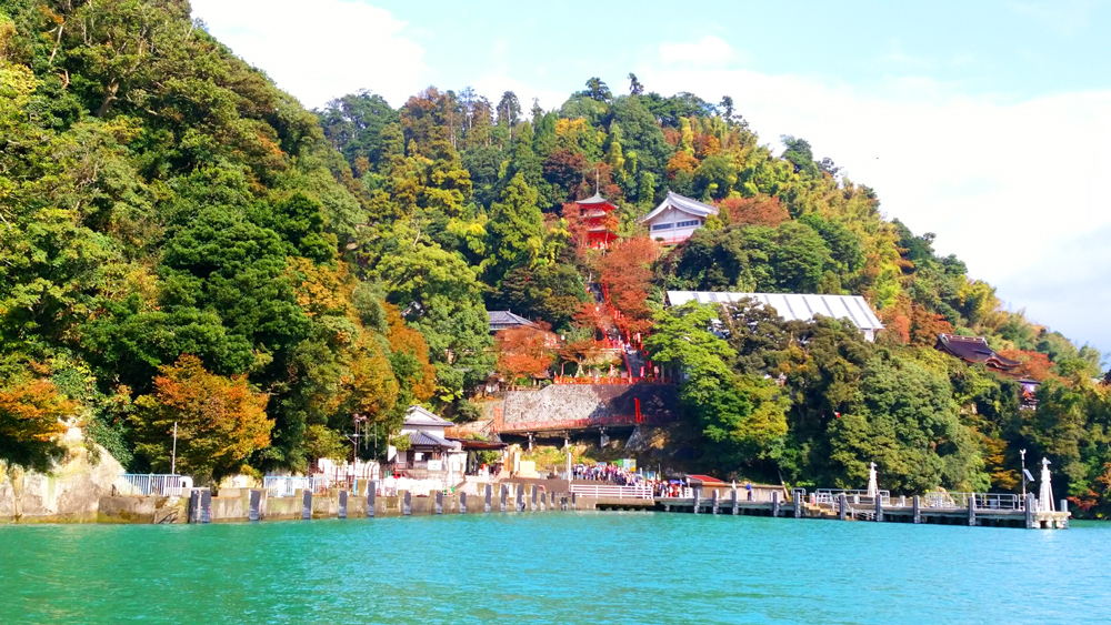 琵琶湖に浮かぶ竹生島
