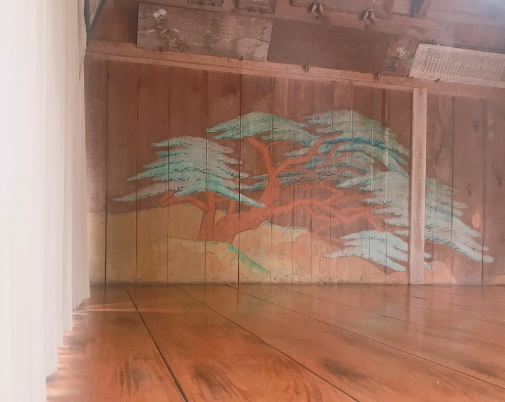 金剣宮の能舞台の松