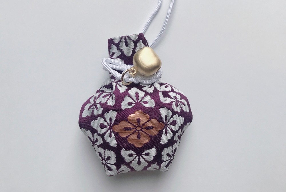 伊勢神宮の内宮の開運鈴守り(紫)