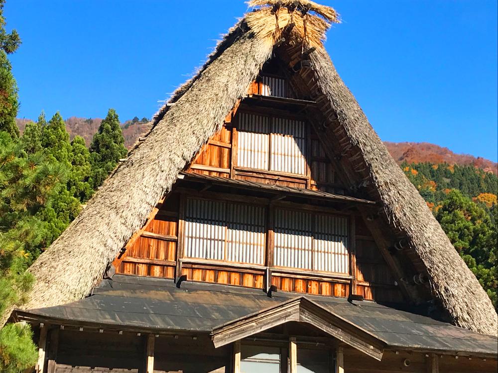 合掌造りの家は屋根が正三角形