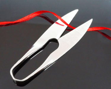 ハサミで糸を切る