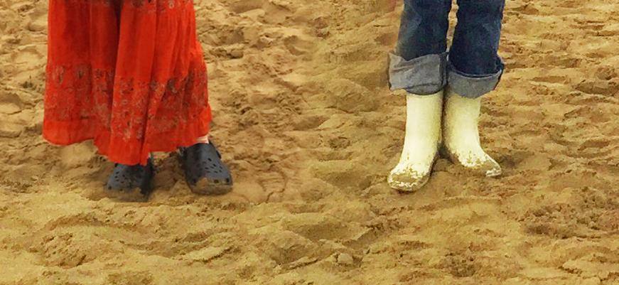 砂丘を歩く靴