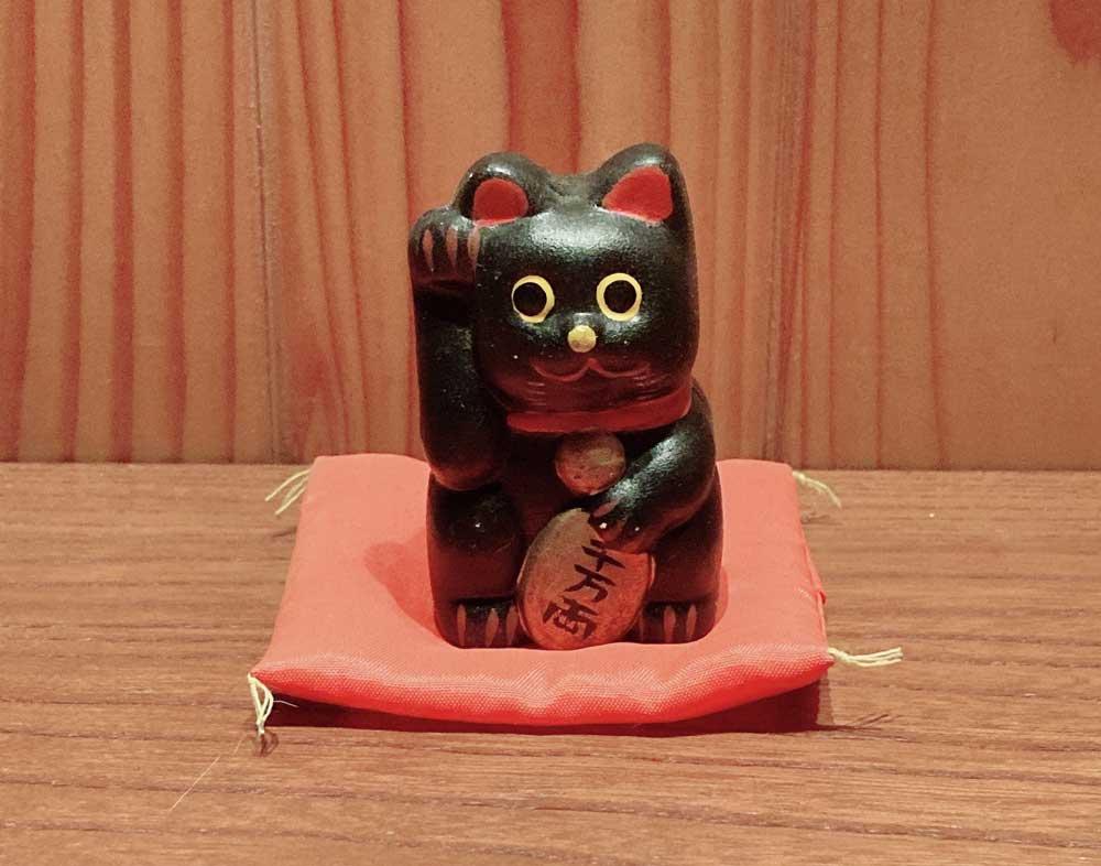 ミニチュアの黒い招き猫